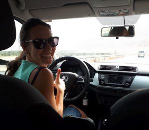 ferntouristik unterwegs Marlene im Mietauto Richtung Totoes Meer